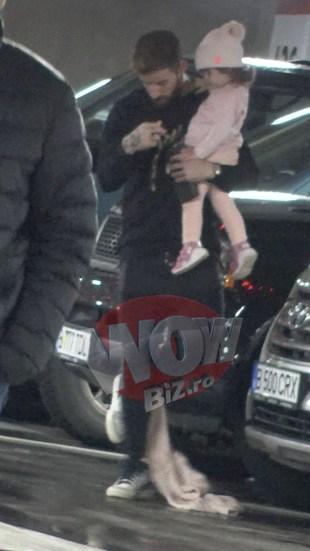 Ce neindemanatic este stelistul Gabi Enache in preajma fiicei sale! A scapat hainuta micutei pe jos si a calcat-o in picioare fara sa-si dea seama VIDEO EXCLUSIV