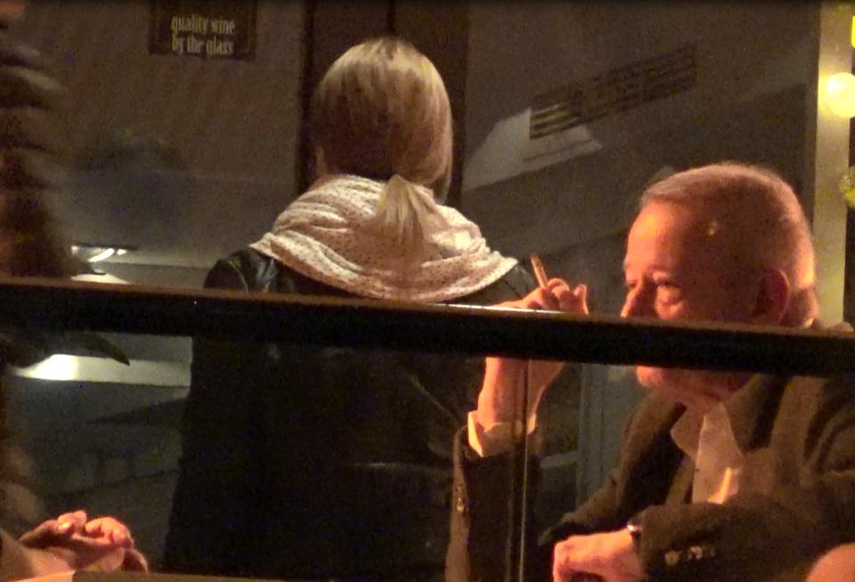 Desi are probleme de sanatate, Sorin Oprescu nu renunta la fumat! A iesit pe terasa de dragul tigarilor VIDEO EXCLUSIV