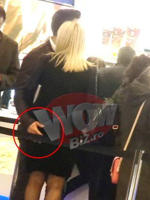 Elena Udrea si-a infierbantat iubitul tinerel la coada la bilete la cinema! Adrian nu putea sa-si mai dezlipeasca mainile de pe fundul apetisant al blondei VIDEO EXCLUSIV
