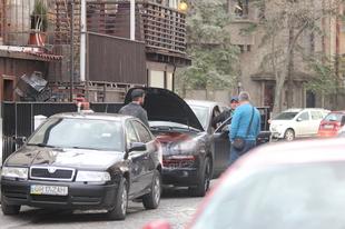 Bianca vrea sa-si vanda de urgenta masina si sa-si ia un bolid nou-nout! A negociat la sange cu niste samsari pe strada, dar nu s-au inteles la pret VIDEO EXCLUSIV