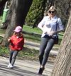 Cristina Rus isi invata micuta sa iubeasca natura! Au mers ca fetele la cules de floricele in parc | VIDEO