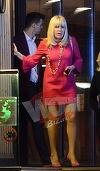 Primele imagini cu Elena Udrea dupa ce a fost condamnata la sase ani cu executare! Si-a pus pe ea cea mai sexy rochita rosie si si-a sarutat iubitul cu foc in plina strada VIDEO EXCLUSIV