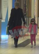 Fetita Giuliei Anghelescu, criza de nervi la mall!  Cantareata s-a inrosit toata si nu a stiut cum sa-si calmeze micuta | VIDEO EXCLUSIV