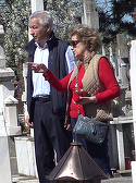 Imagini incredibile cu fostii socri ai Elenei Basescu! Intr-o zi numai buna de plimbat prin parc, Bebe Ionescu si consoarta Sida au dat o tura prin... cimitir! VDEO EXCLUSIV