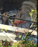 Loredana Groza, aroganta de star de la Hollywood, la o terasa din Capitala!  Diva si-a facut codite afro si a baut sampanie de placere, ziua in amiaza mare