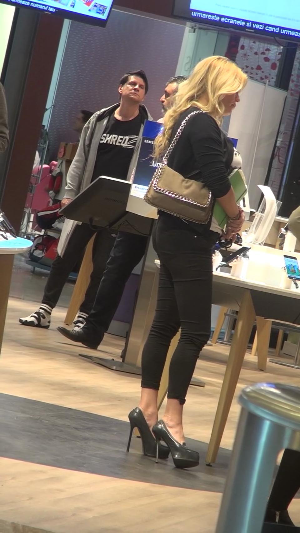 Leta Ilie isi rezolva problemele, la mall, pe tocuri de 20 de cm! Abia a putut sa mearga | VIDEO