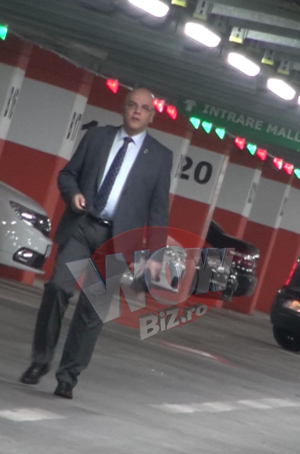 Bine ca nu-i in misiune! Doctore, unde ti-ai lasat masina? Raed Arafat a uitat unde si-a pus autoturismul si se plimba dezorientat minute bune prin parcare! VIDEO EXCLUSIV