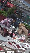 Ce nu face DJ Wanda de dragul prietenelor! Uite-o pe vedeta cum rezista in frig la o cafea, in timp ce discuta cu o amica VIDEO EXCLUSIV