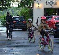 Mihai Morar e un tatic cool! Prezentatorul si-a scos gemenele la o plimbare cu bicicletele in parc! VIDEO