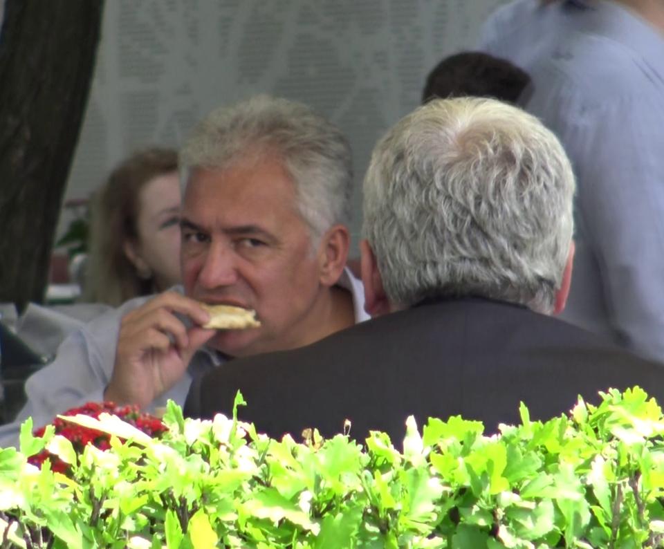 Ce relaxat e Adriean Videanu de cand a parasit politica! Uite-l la un sprit cu prietenii Video