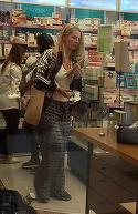 """Andreea Banica, aparitie """"zgomotoasa"""" in mall. Cantareata a dat alarma, la propriu, la farmacie!   VIDEO EXCLUSIV"""