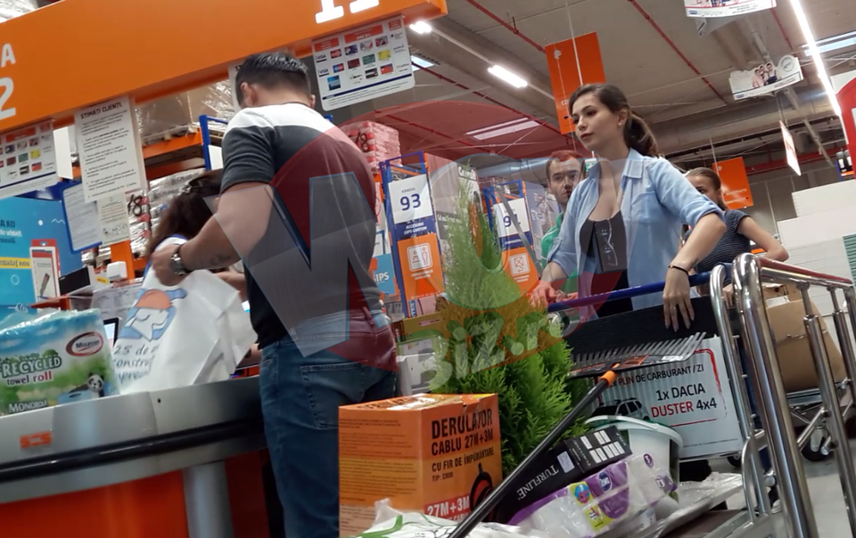 Primele imagini cu ei in public!!! Liviu Varciu si-a scos iubita gravida la cumparaturi pentru casa si gradina! Viitoarea mamica are o burtica de toata frumusetea! Prezentatorul si-a luat in serios rolul de cap de familie VIDEO EXCLUSIV