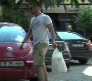 Seara e pe sticla, ziua e baiat de casa!! Victor Slav a luat mancare la pachet pentru toata familia | VIDEO EXCLUSIV