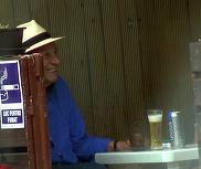 Mitica Popescu nu da pe nimic in lume carciuma din cartier! Marele actor se ascunde de canicula la o bere rece, dar fara alcool | VIDEO EXCLUSIV