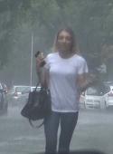 Fiica lui Gigi Becali, surprinsa de o ploaie torentiala! Toti soferii au ramas vrajiti cand au vazut-o pe Alexandra alergand spre masina, cu hainele ude si mulate pe corpul ei perfect! VIDEO EXCLUSIV