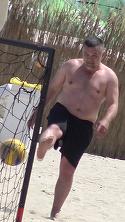 Distractie de senzatie cu Doroftei la mare! Marele campion s-a crezut la triatlon pe plaja din Mamaia si a alternat fotbalul cu boxul si cu inotul! VIDEO EXCLUSIV
