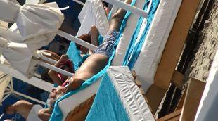 Videanu a adormit pe plaja, inconjurat de frumusetile din Mamaia! Fostul primar pare sa stie cat de important e somnul de frumusete | VIDEO