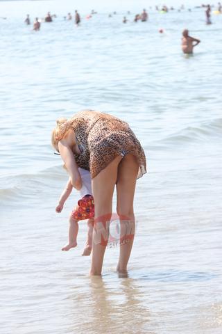"Primele imagini cu Valentina Pelinel in costum de baie de cand a devenit mamica! Blonda sexy a ""incendiat"" o plaja intreaga cand s-a dezbracat la soare | VIDEO EXCLUSIV"