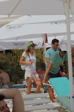 Simona Halep e pudica la plaja! Nu si-a dat nicio secunda tricoul jos! Dupa ce s-a camuflat ca sa nu fie recunoscuta, sportiva a mancat cu pofta o ditamai pizza! VIDEO EXCLUSIV