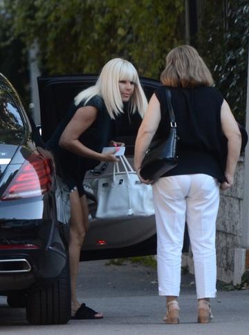 """Elena Udrea si-a lasat iubitul si a iesit """"ca fetele"""" in oras! Ce personaj surpriza a insotit-o la... bere? VIDEO EXCLUSIV"""