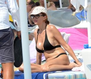 Nu mai este demult regina R&B-ului, dar in costum de baie face in continuare senzatie! Cristina Spatar a iesit la plaja cu o pereche de tanga extrem de sexy   VIDEO EXCLUSIV