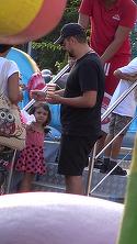 Catalin Maruta, asa cum nu l-ai mai vazut niciodata! Si-a scos copiii in parc purtand un tricou cu Andra VIDEO EXCLUSIV