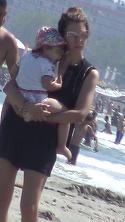 Ce mamica frumoasa si grijulie este Cristina Sucu, la malul marii!! Si-a plimbat fetita in brate pana cand micuta a adormit! VIDEO EXCLUSIV