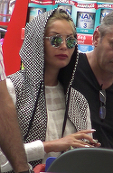Imagini bizare cu fosta iubita a lui Nicolae Guta! Cristina a iesit in oras camuflata si a plecat de la supermaket pe bancheta din spate a unei masini cu geamuri fumurii VIDEO EXCLUSIV