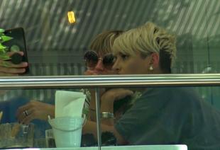 """Bad ass mom"" s-au reunit in efectiv complet! Giulia Anghelescu si Andreea Perju isi tin sedintele pentru vlog-ul comun la terasa VIDEO EXCLUSIV"