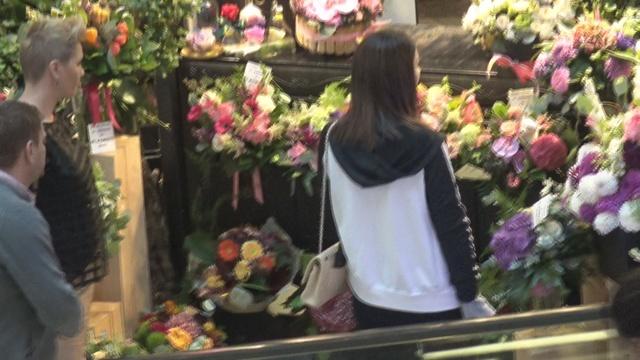 Ilinca Vandici mai avea putin si cumpara toata floraria! Vedeta Kanal D a avut nevoie de minute bune pana sa se hotarasca asupra buchetului VIDEO EXCLUSIV