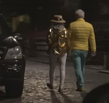 Asa aparitie glamour vezi doar la starurile de la Hollywood! Adrian Sarbu si iubita au iesit la o simpla plimbare in cele mai stralucitoare tinute posibile   VIDEO EXCLUSIV