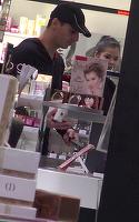 Mircea Badea face pe durul la televizor, dar in fata iubitei este mielusel! Carmen Bruma l-a trimis la mall dupa parfumuri de dama VIDEO EXCLUSIV
