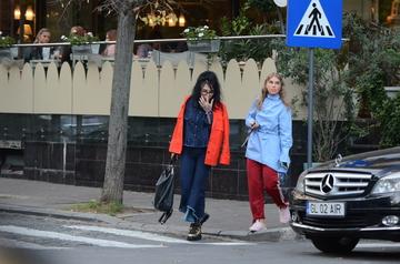 """Aparitie, in plina strada, ca la o gala de """"Bravo, ai stil!"""" Corina Bud si DJ Wanda au facut parada modei pe trecerea de pietoni VIDEO EXCLUSIV"""