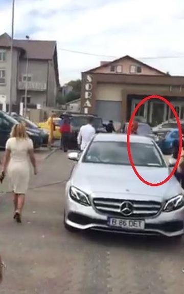 Panica la nunta lui Mutu! Masina in care se afla mama fostului fotbalist a facut accident in fata bisericii     Avem  filmat tot incidentul