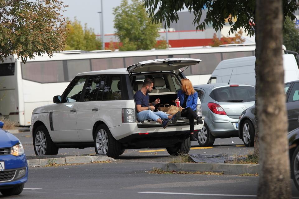 Denisa de la Bambi, surprinsa in timp ce mananca fast-food... in portbagajul unei masini! Cine ar fi crezut ca artista va fi vazuta in asemenea ipostaze! FOTO EXCLUSIV