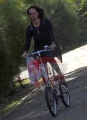 Nici nu zici ca are 50 de ani! Bunicuta sexy si cocheta se plimba pe bicicleta! Mama Antoniei face senzatie pe strazile Capitalei VIDEO EXCLUSIV