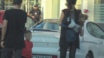 """Scena de... Guns N' Roses! Mama Antoniei are """"garda"""" personala! E aparata de nepotul Dominic cu o pusca de jucarie! Cea mai sexy bunicuta tocmai primise de la un admirator un trandafir VIDEO EXCLUSIV"""