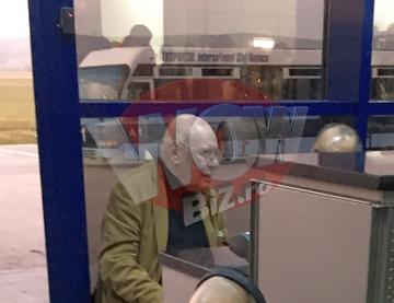 Imagini cutremuratoare cu Razvan Theodorescu pe aeroport! Academicianul pare sa nu-si fi revenit dupa moartea fiului sau! Fostul director TVR se deplaseaza greu si este tare trist!  Acum un an, baiatul lui a fost gasit mort in casa de vacanta a familiei V