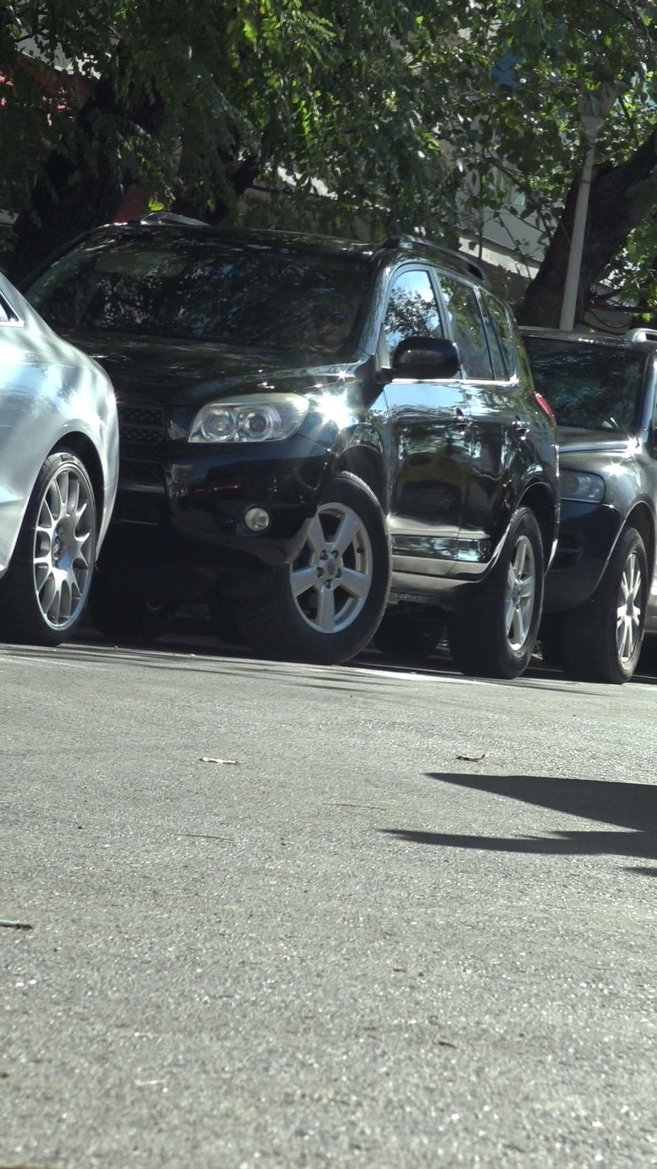 Jasmine stie sa parcheze masina la fel de bine cum se misca si pe ringul de dans! La aproape 40 de ani, excentrica dansatoare arata bestial VIDEO EXCLUSIV