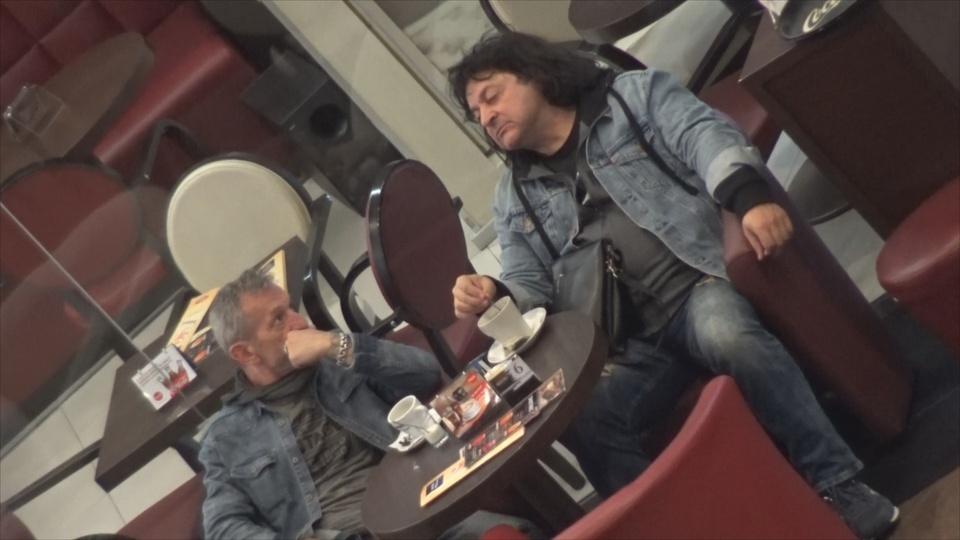 """Paul Ciuci pare pe """"butuci""""! Solistul trupei Compact a iesit cu un amic la o cafea, dar n-a avut stare pana nu si-a potolit foamea VIDEO"""