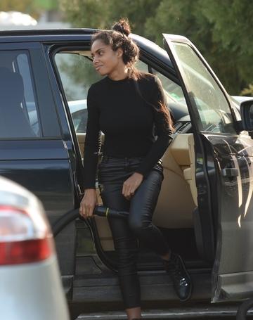 Laurette ar fi buna de angajat la o spalatorie auto! A trecut cu brio testul dat in plina strada! Mulatra este as la interioare VIDEO EXCLUSIV