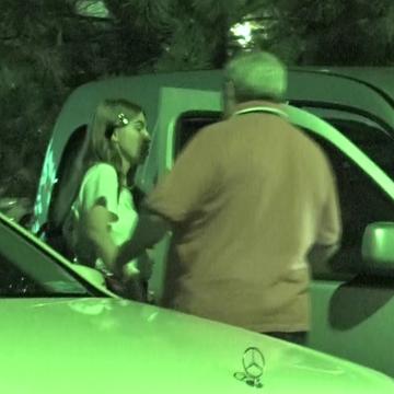 """Parintii Corinei Bud, in vizita la fiica lor! Parbrizul masinii conduse de mama cantaretei era incarcat cu...""""de toate""""! VIDEO EXCLUSIV"""