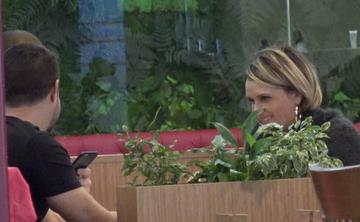 Ce zambitoare si ce jucausa este Carmen Negoita, cand iese la masa cu doi tinerei! Oare bloggarita traieste o noua poveste de dragoste?! VIDEO EXCLUSIV