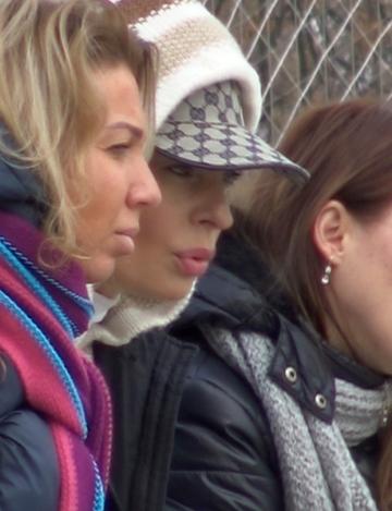 Sora Andreei Marin si-a tras gluga pe cap si s-a comportat ca un ultras, la un meci de fotbal! Frumoasa bruneta seamana izbitor cu sora ei mult mai celebra | VIDEO EXCLUSIV