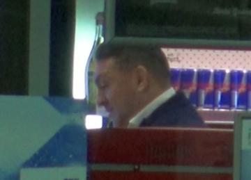 Gest de gentleman a lui Ilie Dumitrescu la o benzinarie! Cati bani a lasat fostul fotbalist omului care i-a curatat parbrizul la masina? | VIDEO EXCLUSIV