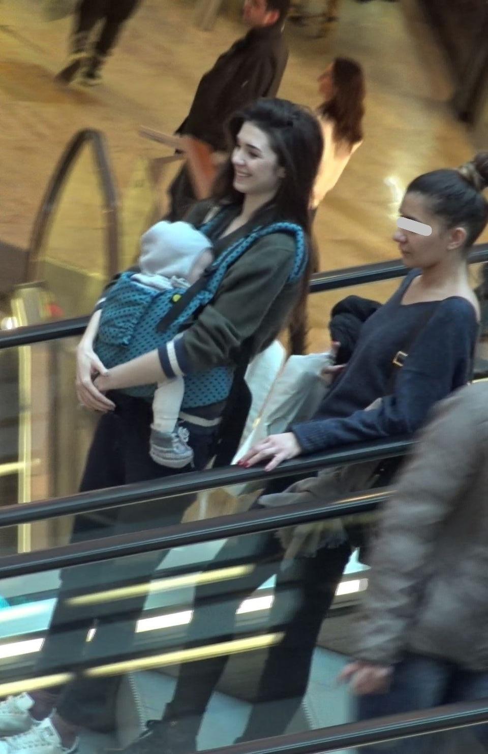 Iubita lui Vladimir Draghia e toata numai zambet, desi barbatul ii e departe! Vedeta tv se lupta in competitia Exatlon, iar Alina se plimba vesela prin mall cu fetita in brate VIDEO EXCLUSIV