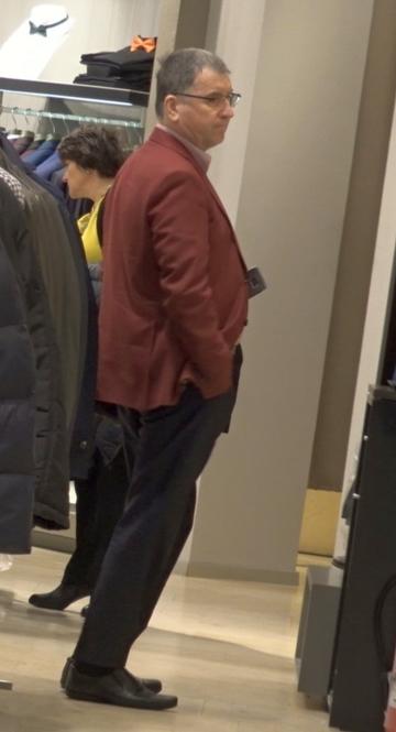 Ce galant e presedintele Stelei cu sotia lui! Valeriu Argaseala a iesit la shopping cu consoarta Mirela VIDEO EXCLUSIV