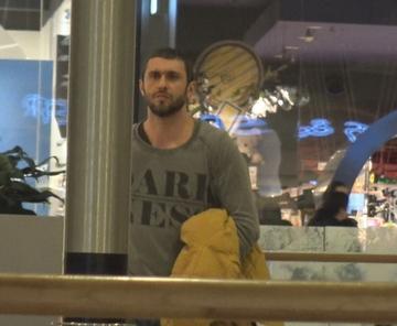 Primele imagini cu Dragos Bucur dupa ce s-a intors din Olanda! Actorul a locuit temporar cu familia in strainatate VIDEO EXCLUSIV