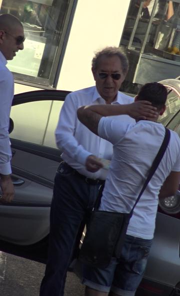Ce inseamna sa fii milionar! Nicolae Badea l-a fericit pe un tanar care l-a abordat la piata VIDEO