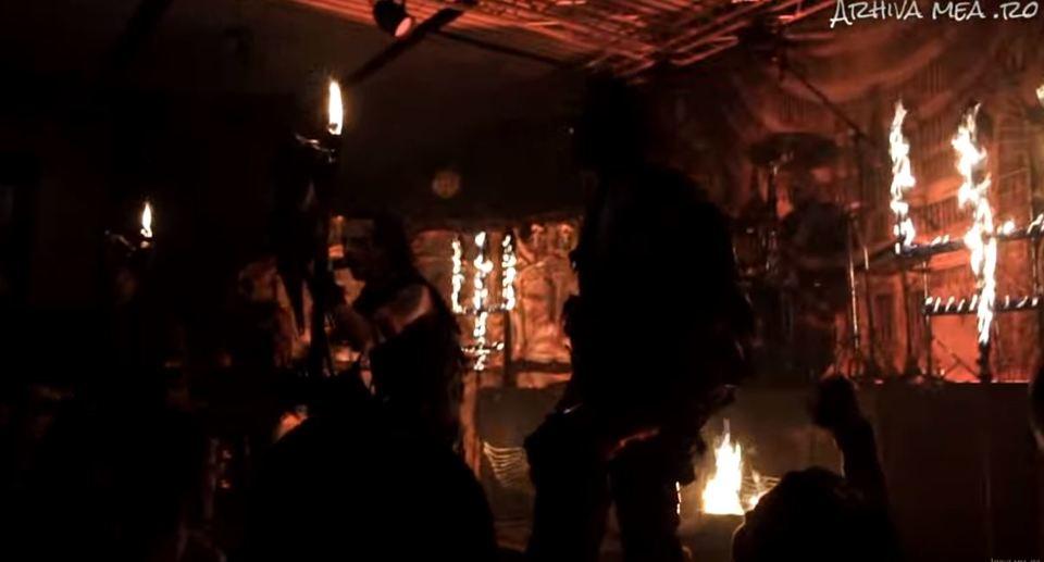 VIDEO! Clubul mortii a gazduit un ritual satanic in Saptamana Patimilor! S-au dat foc la cruci intoarse si s-a facut baie in sange de animal! A fost invocat Diavolul